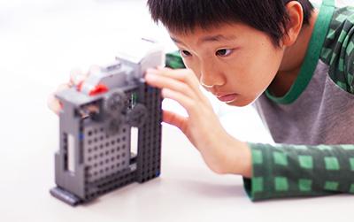 世の中で使われている仕組みを自分だけのロボットに変身!だから現実的な問題解決に取り組む